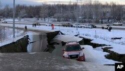 Beberapa bangunan jalan di Alaska ambruk akibat gempa di kota Anchorage, Alaska, Jumat (30/11).
