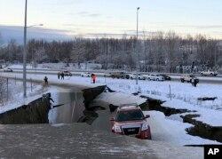 지난 30일 미국 알래스카주 앵커리지 인근 도로가 지진으로 붕괴됐다.