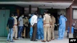 အိႏၵိယႏိုင္ငံ Ahmedabad ၿမိဳ႕က မီးေလာင္ခဲ့တဲ့ ေဆးရံုတခုရဲ႕ အျပင္ဘက္မွာ ေတြ႔ရတဲ့ ရဲအရာရွိမ်ားနဲ႔ က်န္းမာေရး၀န္ထမ္းမ်ား။ (ၾသဂုတ္ ၀၆၊ ၂၀၂၀)