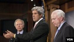 Resolusi mengenai Libya yang diusulkan Senator John Kerry (tengah) dan John McCain (kanan) tidak lolos di Senat AS.