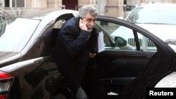 حسن تاجیک، سفیر تهران در اتریش، روز گذشته (دوشنبه) برای ورود به هتلی در وین از خودروی سواریش پیاده می شود.