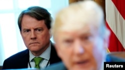 지난 6월 도널드 트럼프 대통령이 주재한 내각회의에 도널드 맥갠 백악관 법률 고문이 참석했다.