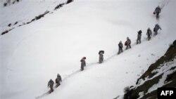 Vojnici pakistanske armije nose zalihe ka bazi u okrugu Dir, 19. februara 2012.
