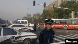 6일 연쇄폭발사건이 일어난 중국 산시성 공산당위원회 건물 주변에서 경찰이 경계근무를 하고 있다.