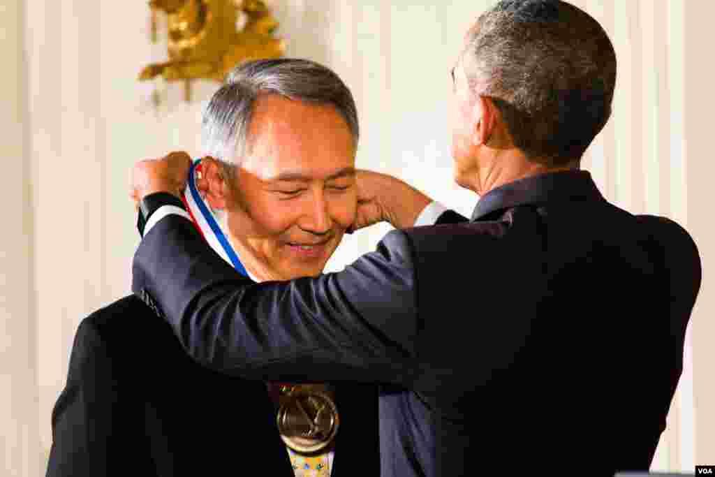 奥巴马授予两位华裔科学家最高荣誉 (美国之音常晓拍摄)