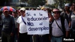 Maestros protestan contra el desempleo en Ciudad de Guatemala.