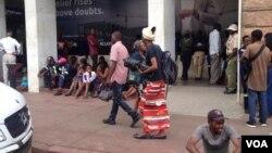 Abantu belinde ukuthola imali ebhanga koBulawayo