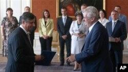 Presiden Republik Ceko, Milos Zeman (kanan) melantik Jan Fischer (kiri) sebagai Menteri Keuangan, di Istana Kepresidenan, Praha, Ceko (10/7).