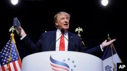 Donald Trump contempla rebajar los impuestos a la clase baja y media, pero subirlos a ciertos corredores de Wall Street.