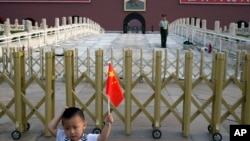 """中国政治象征天安门城楼以及在附近照相、手持国旗的儿童。反腐是否会导致""""城头变幻大王旗""""?"""