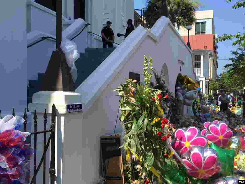 Polisi berjaga-jaga di pintu masuk Gereja AME Emanuel di Charleston, South Carolina (21/7). (VOA/Amanda Scott)