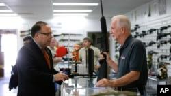 2015年12月9日加利福尼亞州槍店的半自動步槍。
