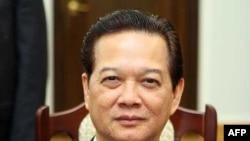 Đại biểu Nguyễn Minh Thuyết của tỉnh Lạng Sơn đề nghị bỏ phiếu bất tín nhiệm Thủ tướng Nguyễn Tấn Dũng (hình trên), người đã bổ nhiệm ông Phạm Thanh Bình làm Chủ tịch Vinashin