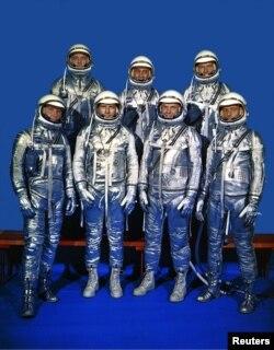 앨런 셰퍼드를 포함한 8명의 '머큐리' 우주인 팀이 미 항공우주국(NASA) 랭글리 리서치 센터에서 기념사진을 찍고 있다.
