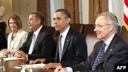 Tổng thống Obama họp với các đại biểu Quốc hội. Từ trái: Dân biểu Pelosi, Dân biểu Boehner,Tổng thống Obama, và Thượng nghị sĩ Reid