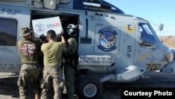 美國海軍陸戰隊直升機協助將物資運送前往偏遠災區。