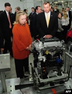 """Klinton xonim """"GM O'zbekiston"""" ishlab chiqargan motorlarni ko'zdan kechirmoqda"""