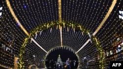 Người dân đi qua khu vực được trang hoàng để đón Giáng sinh và năm mới ở thủ đô Moscow hôm 22/12.