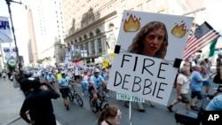 桑德斯参议员的支持者举着要求罢免美国民主党全国委员会主席黛比·舒尔茨的标语牌(2016年7月24日)