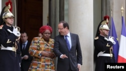 African Union Commission Chairperson Nkosazana Dlamini-Zuma, left, with French President Francois Hollande, Elysee Palace, Paris, Nov. 14, 2012.