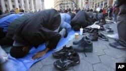 Des musulmans prient dans une rue, aux Etats-Unis.