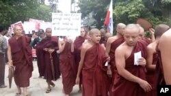 Ratusan warga Buddha berhaluan keras hari Minggu (22/10) berunjuk rasa untuk mendesak pemerintah Myanmar agar tidak memulangkan hampir 600 ribu warga minoritas Muslim Rohingya.