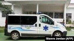 Une ambulance est garée devant le siège du service médical d'urgence SAMU social à Libreville, le 18 décembre 2017.