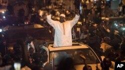 Le président gambien Adama Barrow applaudi par une foule à son arrivée à Serreunda, à son retour en Gambie, 26 janvier 2017.