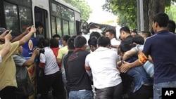 河内警方8月21日驱散反华示威,把抗议者押上大巴