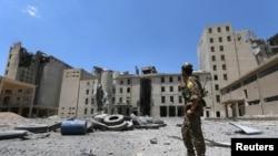 叙利亚民主力量夺回曼比季城后,一名战士走在该城街道上。