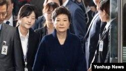박근혜 전 한국 대통령이 30일 서울중앙지법에서 구속 전 피의자심문(영장실질심사)을 마친 뒤영장발부여부를 기다리기 위해 검찰청사로 향하고 있다.