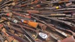 Des milliers d'armes incendiées pour réduire les violences communautaires