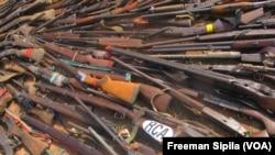 Des armes saisies lors d'un désarmement des anti-balaka en 2014 à Bangui, le 24 août 2017. (VOA/Freeman Sipila)