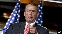 """Chủ tịch Hạ viện Mỹ John Boehner nói chuyện với các phóng viên sau cuộc đàm đạo với bộ trưởng Tài chánh Timothy Geithner về """"vực thẳm tài chánh"""" ở Capitol Hill, Washington, 29/11/2012. (AP)"""