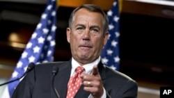 House Speaker John Boehner của bang Ohio cử chỉ như ông nói với các phóng viên sau cuộc hội đàm riêng với Bộ trưởng Tài chính Timothy Geithner về các cuộc đàm phán vách đá tài chính, trên Đồi Capitol ở Washington, November 29, 2012.