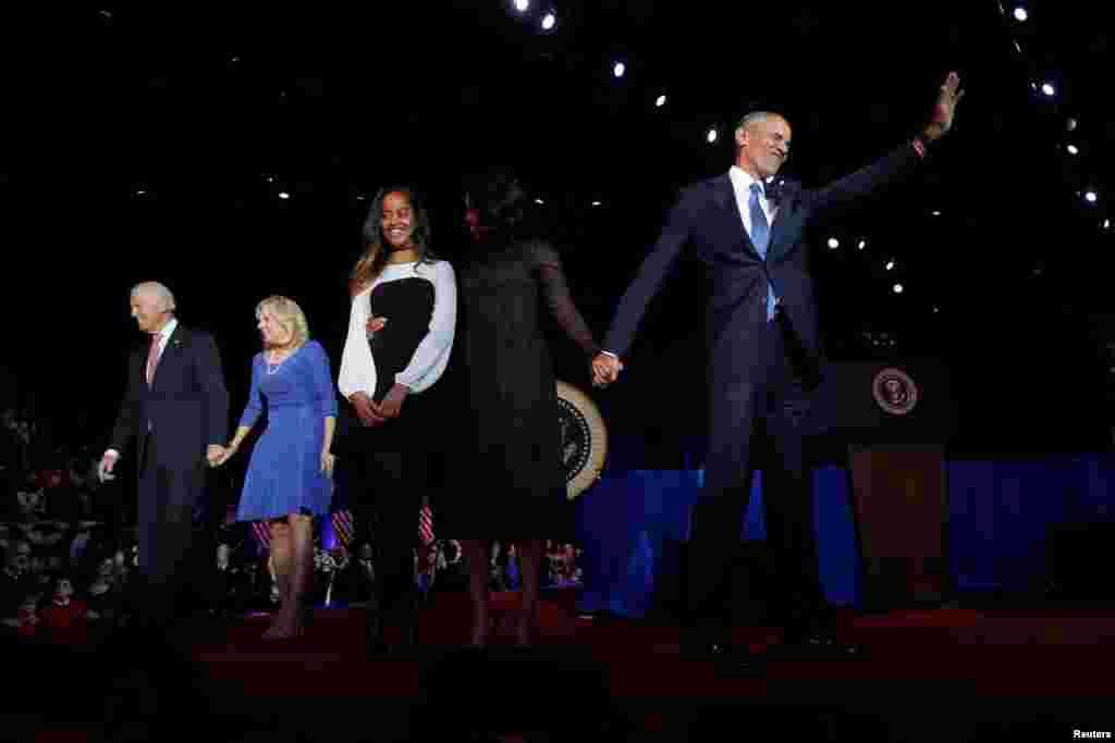 ស្រ្តីទី១ អ្នកស្រី Michelle Obama និងកូនស្រី Malia ឡើងទៅកាន់វេទិកាជាមួយប្រធានាធិបតីបារ៉ាក់ អូបាម៉ា រួមទាំងលោកអនុប្រធានាធិបតី Joe Biden និងភរិយា Jill Biden បន្ទាប់ពីលោកអូបាម៉ាបានបញ្ចប់សេចក្តីថ្លែងចុងក្រោយនៅសណ្ឋាគារ McCormick Place ទីក្រុង Chicago កាលពីថ្ងៃទី១០ មករា ២០១៧។