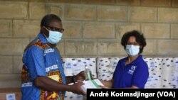 Iriss Blom, représente adjointe du HCR Tchad remettant de dons matériels au responsable d'un centre hospitalier, le 23 juin 2020. (VOA/André Kodmadjingar).