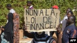 Des manifestants lors d'une marche contre la loi de finances à Niamey le 14 janvier 2018.