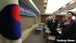한국미래포럼, 선진화교수연합 주최로 6일 서울 한국프레스센터에서 열린 '올바른 역사교과서 지지 1천만명 서명운동본부 발대식 및 기자회견'에서 참석자들이 국기에 대한 경례를 하고 있다.