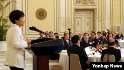 박근혜 한국 대통령과 5부 요인, 정관계, 경제계 인사들이 참석한 가운데, 2일 청와대 영빈관에서 열린 신년인사회에서 박 대통령이 인사말을 하고 있다.