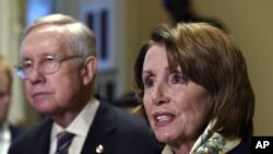 ຜູ້ນຳພັກເດມໂມແຄຣັດ ສະພາຕ່ຳ ທ່ານນາງ Nancy Pelosi ຈາກລັດ California (ຂວາ) ກ່າວຖະແຫລງ ໃນຄະນະທີ່ ຜູ້ນຳສຽງສ່ວນນ້ອຍ ສະພາສູງ ທ່ານ Harry Reid ຈາກລັດ Nevada (ຊ້າຍ) ຢືນຟັງຢູ່ນັ້ນ.