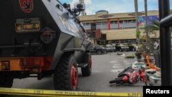 Situasi di Markas Kepolisian Daerah (Mapolda) Riau di Pekanbaru setelah penyerangan oleh sekelompok orang terduga teroris, 16 Mei 2018. (Foto: Antara Foto/Ronny Muharrman via Reuters)