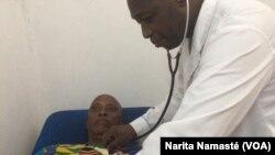 Le docteur Touré ausculte un patient dans une clinique à Abidjan, en Côte d'Ivoire, le 21 avril 2017. (VOA/Narita Namasté)