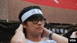 參與64小時絕食行動的香港學聯成員,綁上頭巾表明決心(美國之音湯惠芸)