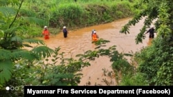မႏၲေလးတိုင္းေဒသႀကီး၊ ျပင္ဦးလြင္ခ႐ိုင္၊ မိုးကုတ္ၿမိဳ႕နယ္မွာ ေတာင္က်ေရက်ဆင္းတာေၾကာင့္ ေမ်ာပါသြားတဲ့ ကိုရင္ တစ္ပါးကို ရွာေဖြ ကယ္ဆယ္ေပးေနတဲ့ အရန္မီးသတ္တပ္ဖြဲ႕ဝင္မ်ား။ (ဓာတ္ပံု - Myanmar Fire Services Department - ေမ ၁၉၊ ၂၀၂၁)