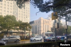 在公民记者张展的案子开庭前上海浦东新区人民法院外的警车。(2020年12月28日)