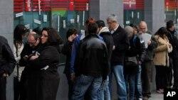 Warga yang menganggur antri di kantor urusan tunjangan pengangguran di Madrid, Spanyol (foto: dok). Hampir 202 juta pekerja di seluruh dunia menganggur pada tahun 2013.