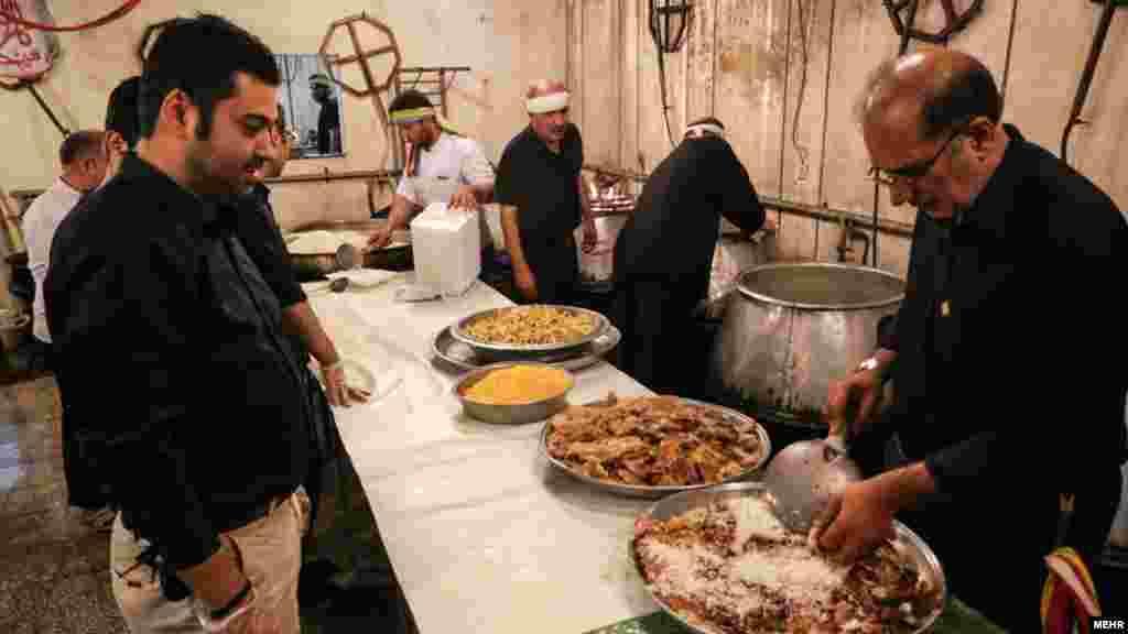 از رسم های محرم، غذای نذری است. عکسی از تکیه ثارالله در شمال غربی میدان هفتم تیر تهران. عکس: محمد مهیمنی