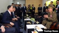 정홍원 한국 국무총리가 4일 인천아시아드주경기장에서 열린 2014 인천 아시안게임 폐막식에 앞서 황병서 북한군 총정치국장(오른쪽) 등 북한 고위대표단과 환담을 하고 있다.