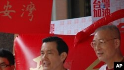 马英九在他和吴敦义(右)登记后发表讲话 美国之音丁力